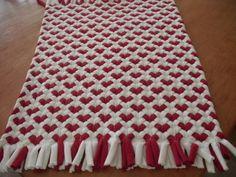 Tapete corazón rojo hecho de camisetas recicladas