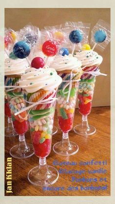 Cupcakes served in cups with candy. (cupcake recipes for kids food coloring) Cupcakes served in cups with candy. (cupcake recipes for kids food coloring) Ice Cream Party, Slumber Parties, Sleepover, 50s Theme Parties, Carnival Parties, Mouse Parties, Party Treats, Candy Buffet, Candy Table