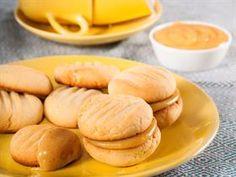 KARAMELKOEKIES 250 g botter, versag 1 blik g) kondensmelk 5 ml t) vanielje-ekstrak 810 ml k) meel 125 ml (½ c) mielieme. Cookie Desserts, Cookie Recipes, Dessert Recipes, Crunchie Recipes, Kos, Condensed Milk Cookies, Milk Biscuits, Caramel Cookies, Chocolate Cookies