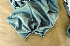 WobiSobi: Open Back, No Sew Tee-Shirt. DIY Diy Shirts No Sew, T Shirt Diy, Denim Crafts, Sewing Stitches, Diy Fashion, Fashion Design, Cut Shirts, Diy Clothing, Rage