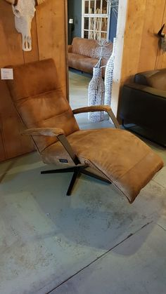 Leather Club Chairs, Leather Furniture, Living Room Inspiration, Modern Decor, Interior And Exterior, Accent Chairs, Sweet Home, House Styles, Design