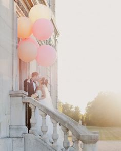 So pretty! Balloons as wedding props for photos of bride and groom #uniqueweddingideas unique wedding ideas
