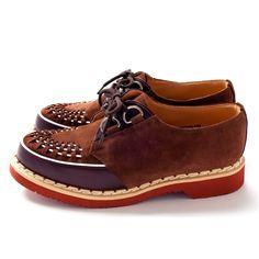 イギリスの靴づくりの原点であるノーザンプトンシアで、1906年にジョージ・ジェームズ・コックスによって創業されたブランドで、時代を代表するデザイナーやショップ、更に多くの音楽家やデザイナーを魅了し、俳優の中にもこの靴を好んで履く方がいる程、人の前に立つ者達に愛されています。今回のコラボラーションモデルは、ブラウンの表革とスエードのコンビ、インターレースはホワイトにし、ソールはあえてブリックソールにしています。