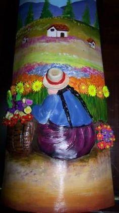 Mujer cuidando sus flores, con relieves en JuliartexPerú