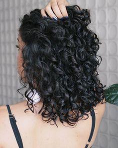 Inspiração pra quem curte cachos mais soltos Curly Wavy Hair, Short Haircuts Curly Hair, Short Natural Curly Hair, Curly Hair Styles, Kinky Hair, 3a Curls, Waves Curls, 2c Hair, Perms