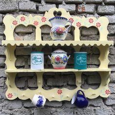 Ručne vyrezávaná polička, maľovaná kriedovými farbami s kvetovým vzorom. Vhodná na šálky, tanieriky, koreniny Shabby, Mugs, Tableware, Dinnerware, Tumblers, Tablewares, Mug, Dishes, Place Settings