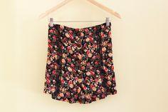 Jupe fleuri boho, Jupe boutonnée, Jupe coute noire, Mini-jupe fleurie, Upcycled clothes, Vêtement recyclé, Taille petit-moyen, #V062 de la boutique ecoboheme sur Etsy