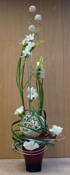 Ikebana feito com flores artificiais.