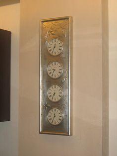 Orologio con foglia argento e decori in rilievo