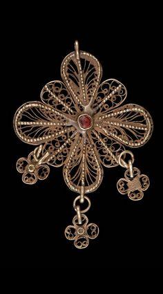 Pendant; silver filigree with red stone. From Yerevan (Armenia), 19th century. (©Quai Branly Museum, Paris).