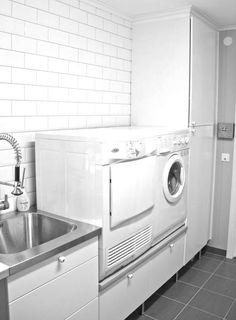 Vaskerom: vaskemaskiner løftet til praktisk høyde med underskap/sokkelskap Laundry Room, Washing Machine, Dorm, Organization, Organizing, Home Appliances, Interior Design, Household Tips, Wordpress