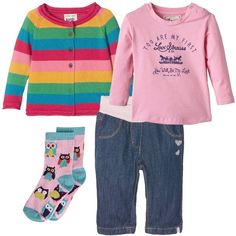 I pantaloni jeans lavaggio scuro hanno la baschina in maglia rosa e un ricamo di cuoricini sul lato. Li abbiniamo alla t-shirt rosa con scritta blu sul davanti e maniche lunghe e al maglione in cotone a righe colorate nei toni del rosso, giallo, verde, blu e rosa. Per finire ai piedi calzini rosa con dettagli azzurri e ricamo di gufetti colorati.