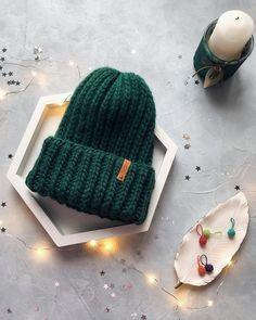 БЕСПЛАТНОЕ ОПИСАНИЕ от @feel.love.crochet 🧨 . Всем привет, я к вам сегодня с описанием шапки, английской резинкой из перуанской шерсти,… Sweater Knitting Patterns, Knit Patterns, Crochet Cap, Crochet Cushions, Knit Fashion, Knit Beanie, Girls Generation, Headbands, Knitted Hats