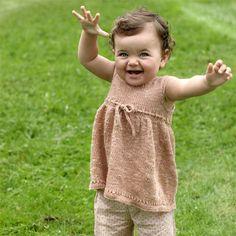 Hvis du ikke har små børn, kan det jo være, at du er velsignet med børnebørn, som du kan strikke denne skønne pigekjole til.