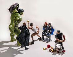 I supereroi beccati in situazioni esilaranti nelle foto di Edy Hardjo