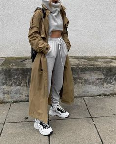 kendraalexandra - Love this heather grey cropped sweater and joggers worn with Acne sneakers and a cool trench coat Uni Outfits, Sporty Outfits, Winter Fashion Outfits, Look Fashion, Trendy Outfits, Sporty Fashion, Sporty Chic, Fashion Women, Aesthetic Fashion
