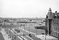 Coolsingel, rechts een stukje van het Stadhuis en recht-vooruit de plaats waar de later de fontein zal worden gebouwd.