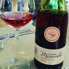 Oggi abbiamo voluto assaggiare un rosato abruzzese, e quindi scelto Masciarelli. In questo caso era un #vino 2013 che ha ancora qualche storia da raccontare.  #cultoridelvino #winelovers #instawine #winesnob #wine #winelover #winefriday #love #stasera #tonight #relax #enjoy #rosewine #rose