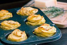 Verwarm de oven voor op 190ºC. Smeer 12 muffin-cups in met boter. Snijd de aardappelen in dunne plakjes. Leg de aardappelplakjes in een grote kom. Voeg de gesmolten boter, Parmezaanse kaas, tijm, k…