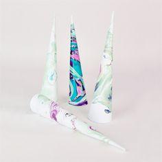 Un do it yourself idéal pour réaliser une corne de licorne marbrée faite à base de vernis. Totalement gratuit et facile à réaliser, vous ferez plaisir à toutes les petites princesses lors d'un anniversaire de fille !