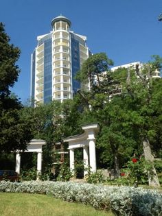 Apartment in Primorsky Park Yalta Apartment in Primorsky Park offers accommodation in Yalta, 2.1 km from Yalta. The air-conditioned unit is 29 km from Alushta. Free WiFi is featured .  The kitchen features a dishwasher. A flat-screen TV is offered.