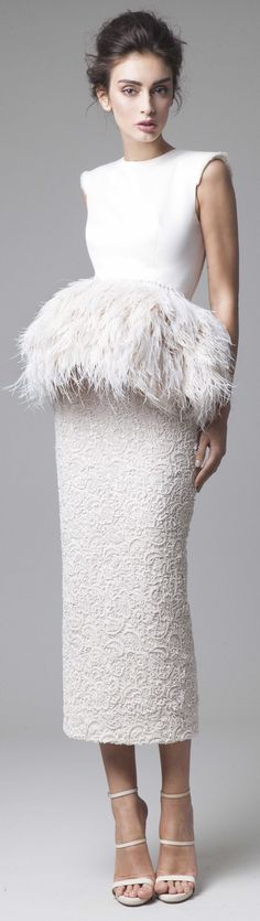 Muy muy chic! Ideal para bodas urbanas. Requiere un ramo minusculo, redondo y monocolor. Krikor Jabotian couture 2016 spring summer http://ideasparatuboda.wix.com/planeatuboda