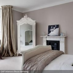 Eine Graue Wandfarbe Wirkt Elegant Und Einladend Und Lässt Die Möbeln Und  Elemente Wie Den Kamin