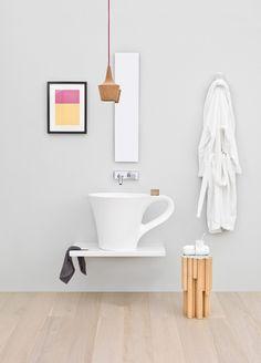 lavabo design original tasse à espresso blanche à poser sur un plan