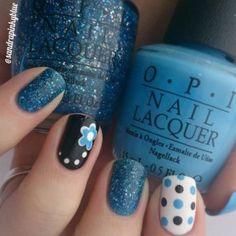 azul con rosas y negro en uñas