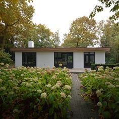 Ranch Exterior, Modern Exterior, Exterior Paint, Mcm House, Facade House, Painted Brick Exteriors, Bungalow Renovation, Modern Bungalow, Container House Design