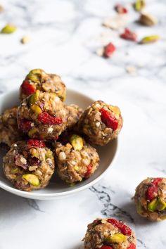 No-Bake Berry Pistachio Energy Bites. Dieses 7-Zutaten Rezept ist der perfekte Snack für unterwegs und vollgepackt mit guten Zutaten - kochkarussell.com