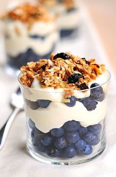 breakfast of champions - lemon Greek yogurt with berries and granola. Switch it up with plain Greek yogurt, granola, and different fruit! Quick Healthy Breakfast, Breakfast Recipes, Dessert Recipes, Breakfast Ideas, Trifle Desserts, Little Lunch, Tasty, Yummy Food, Spring Recipes