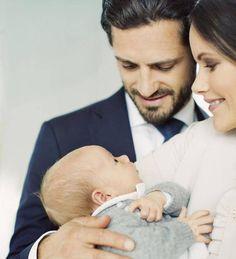 Aufgeweckt blickt der kleine Schweden Prinz Gabriel seinen Eltern ins Gesicht. Die sind ganz verliebt in ihr Nesthäkchen.