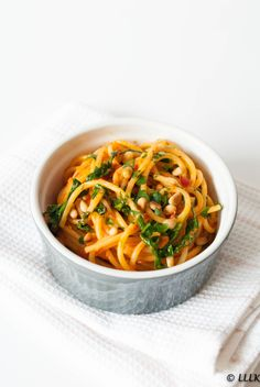 Spaghetti met geroosterde paprika saus en rucola