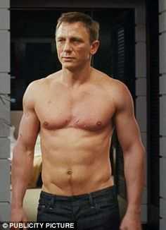How Daniel Craig Earned his Incredible Body for new James Bond Film Skyfall - Could this guy BE any sexier? Love all these photos Daniel Craig James Bond, New James Bond, Daniel Craig Body, Skyfall, Daniel Craig Workout, Pyramid Training, Daniel Graig, Actrices Sexy, Raining Men