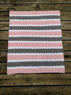 Crochet couverture pour bébé fille à la main en rose gris