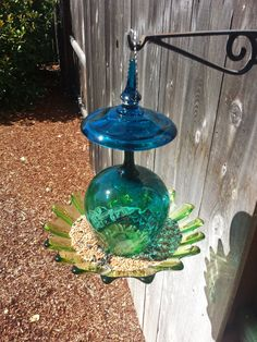 Teal Blue and green glass hanging bird by SingleMommyMadness, $67.00 Glass Bird Bath, Glass Birds, Glass Flowers, Garden Bird Feeders, Hanging Bird Feeders, Garden Totems, Glass Garden Art, Glass Art, Garden Crafts