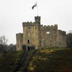 """Conhecido como """"a terra dos castelos"""" por ter 641 fortalezas o País de Gales é uma ótima opção de viagem pra quem vai pra Inglaterra e tem um tempinho livre. Cardiff sua capital está a um pouco mais de 2 horas de trem de Londres e é super charmosa. O principal ponto da cidade sem dúvida é o Castelo de Cardiff que está situado bem centro da cidade. Ele começou a ser erguido em 1091 por Robert Fitzhamon senhor de Gloucester. É um castelo medieval e palácio neogótico. Essa foto é apenas uma…"""