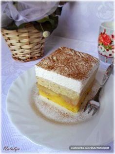 Tako lagan, nežan i osvežavajuć...a kombinacija ukusa pruža nezaboravno iskustvo. ;) Meki žuti biskvit sa pečenim jabukama, krem sa mlevenim orasima, šlag i odozgo cimet. Ovo je inače moja modifikovana i obogaćena verzija maminog recepta za klasični prevrnuti kolač s jabukama koji ide samo sa šlagom, a koji je verujem mnogima od vas poznat. Ako volite taj kolač, a ipak želite da probate nešto malo drugačije, nećete pogrešiti ako se odlučite za ovaj desert. :)