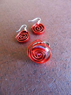 conjunto hecho con alambre en espiral plana, pendientes y anillo, en color rojo
