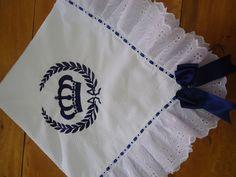 Manta feita de Piquet forrada com flanela de algodão, barrado feito com bordado inglês.