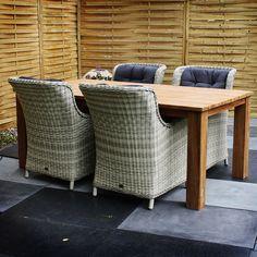 De #tuinset Hilde bestaat uit de teaktafel Janice van 200cm en vier tuinstoelen Maud. Tuinstoel Maud is een zeer luxe en comfortabele stoel. Mede door het gebruik van 7mm halfrond wicker is deze stoel zeer onderhoudsvriendelijk. U kunt de Tuinstoel Maud behandelen met de Eden vlechtwerk beschermer zodat de stoel nog beter beschermd is tegen verkleuringen.  De teaktafel Janice is een zeer robuuste en stevige tafel.