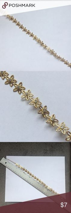 Gold diamond daisy choker Gold daisy choker with tiny diamonds. 14 inches around. In good condition! Forever 21 Jewelry Necklaces