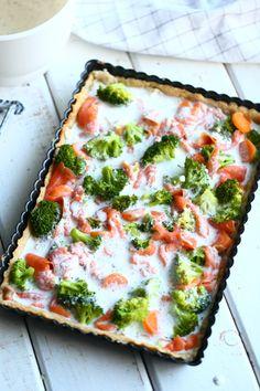 Savulohipiirakka maistuu taivaalliselle, kun joukossa on hieman parsakaalia ja porkkanaa sekä mausteena valkosipulia. Tämä maistuu erityisen hyvältä kylminä talvipäivinä. Vegetable Pizza, Quiche, Vegetables, Breakfast, Morning Coffee, Quiches, Vegetable Recipes, Veggies