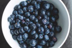 Borůvky jako pomocník v boji proti stárnutí a rakovině - ČeskoZdravě. Healthy Mind, Healthy Eating, Highbush Blueberry, Baby Food Recipes, Healthy Recipes, Healthy Foods, Growing Blueberries, Blueberry Plant, Brain Health
