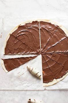 Cornetti veloci alla Nutella (semplici e golosi) Ricetta Cornetti alla Nutella Chocolate Decorations, Easy Cooking, Biscotti, I Foods, Deserts, Muffin, Food And Drink, Bread, Party