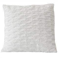 Ce coussin en fausse fourrure blanche ajoutera un pointe de douceur et de  confort à votre décors 18x18   96ef3099443
