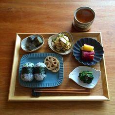 シンプルな朝ごはんもお盆に豆皿を並べれば、ワクワクする一日を送ることができそうですね。