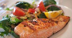 Falta de tempo não é desculpa para não comer bem. Este prato fica pronto em 20 minutos. Experimente. Leia ainda: Batido detox de beterraba Ingredientes – 2 postas médias de salmão – 2 limões – Sal – Salada de verdes Preparação Tempere as postas de salmão com sal e o sumo dos dois limões. Leve a grelhar até o peixe ficar dourado e ligeiramente tostado. Sirva com bastante salada ou com legumes cozidos. Se desejar, pode juntar também batata cozida para acompanhar. Leia ainda: Carne de vaca à…