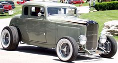 Icône du hotrod , le Ford 32 ( 3 , 5 fenêtres , sedan , hiboy ) s'accomode parfaitement à de nombreux styles